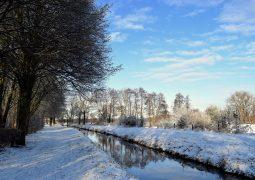 zimowy krajobraz - rzeka i śnieg