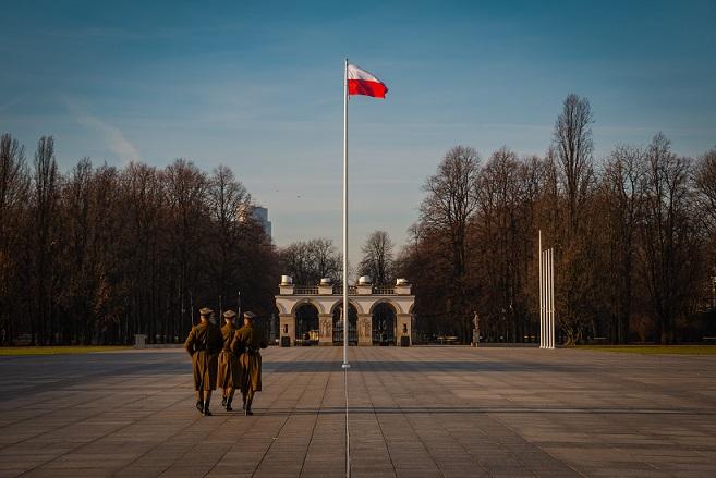 Flaga Polski na maszcie