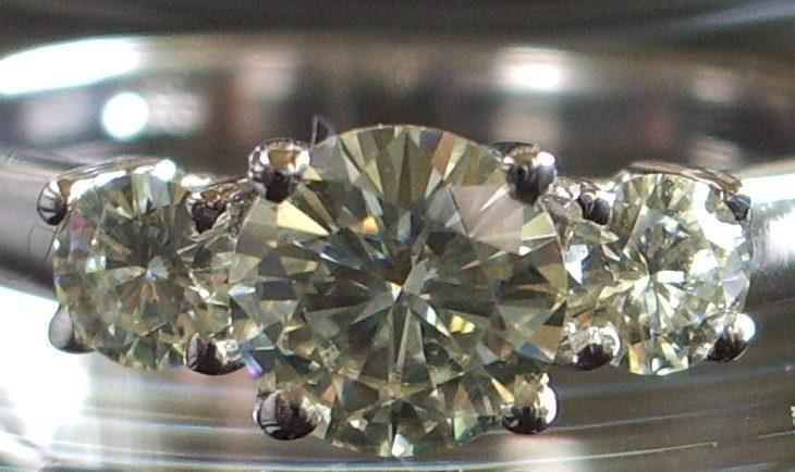 Pierścionek ma prawidziwy diament czy cyrkonię