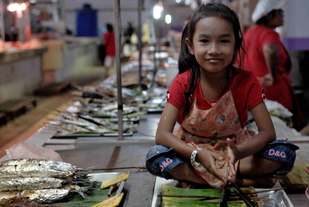 wczasy w tajlandii dziewczynka na targu rybnym spodnie dolce