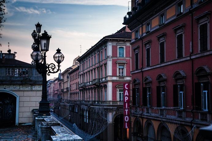 Budynki i ulica w Bolonii