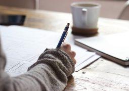 Kobieta pisząca po kartce
